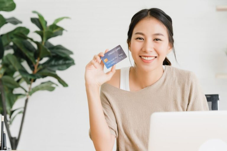 frau-mit-computer-laptop-und-bankkarte